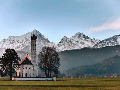 Bayern Kirche mit Alpen im Hintergrund
