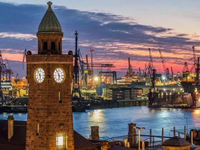 Blick auf Hamburgs Hafen am Abend