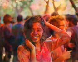 yolo-reisen indien achterbahn maedchen mit farben